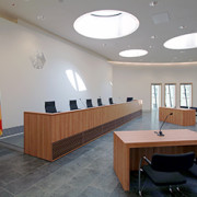 Richterbank im Elisabeth-Selbert-Saal des Bundessozialgerichts; Foto: Dirk Felmeden